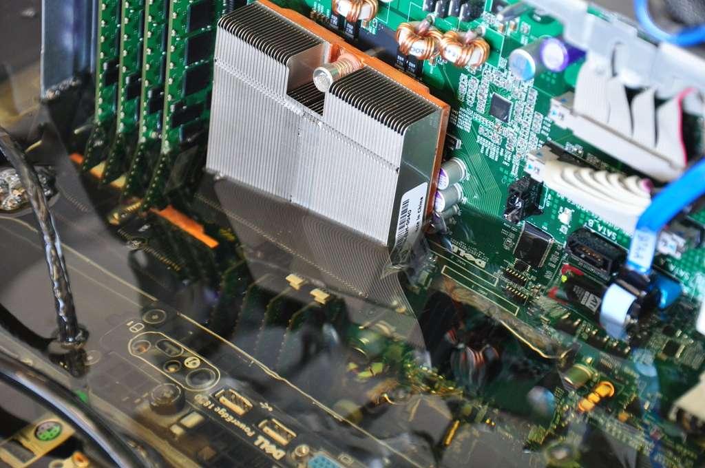 Après avoir testé la solution pendant un an, Intel a expliqué à Futura-Sciences qu'il n'a décelé aucun dommage particulier sur les composants plongés dans l'huile. © Intel