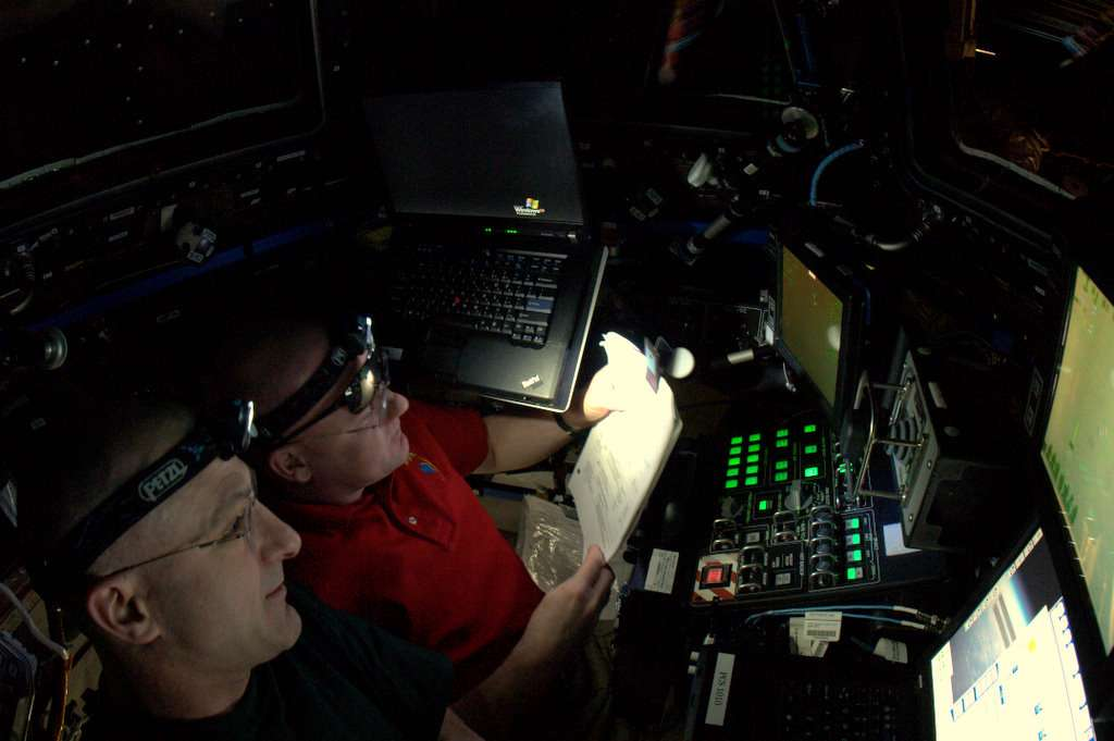 André Kuipers (à gauche) assiste Don Pettit pour agripper la capsule Dragon avec le bras Mobile Servicing System (MSS), alias Canadarm 2. © André Kuipers/Esa/Nasa