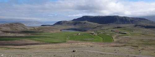 Vue du lac d'Igaliku et de ses aménagements agricoles actuels. © Chrono-environnement, Vincent Bichet
