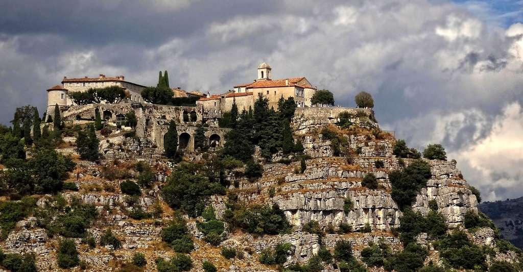 Le très pittoresque village de Gourdon sur son rocher. © Serge Laroche, CC by-sa 2.5