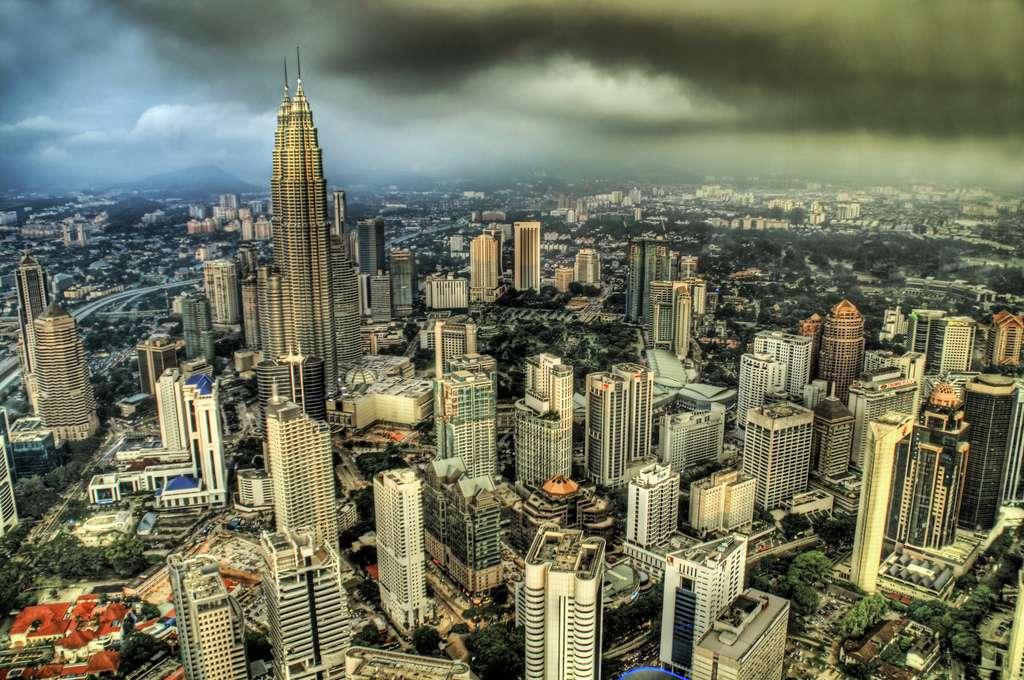 Pollution aérienne au-dessus de Kuala Lumpur. Les gaz d'échappement des voitures constituent une importante source de gaz à effet de serre. © Trey Ratcliff, cc by nc 2.0