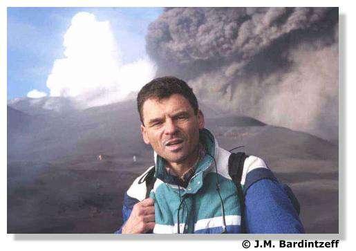 Jacques-Marie Bardintzeff sur l'Etna en éruption le 2 novembre 2002. © J.-M. Bardintzeff