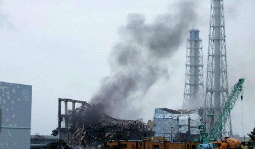 De la fumée noire s'échappe de la centrale nucléaire japonaise de Fukushima le 16 mars 2011. Toute la zone est irradiée, et les employés de l'usine qui tentent de limiter la casse s'exposent à des doses de radiations mortelles. © Daveeza, Flickr, cc by sa 2.0