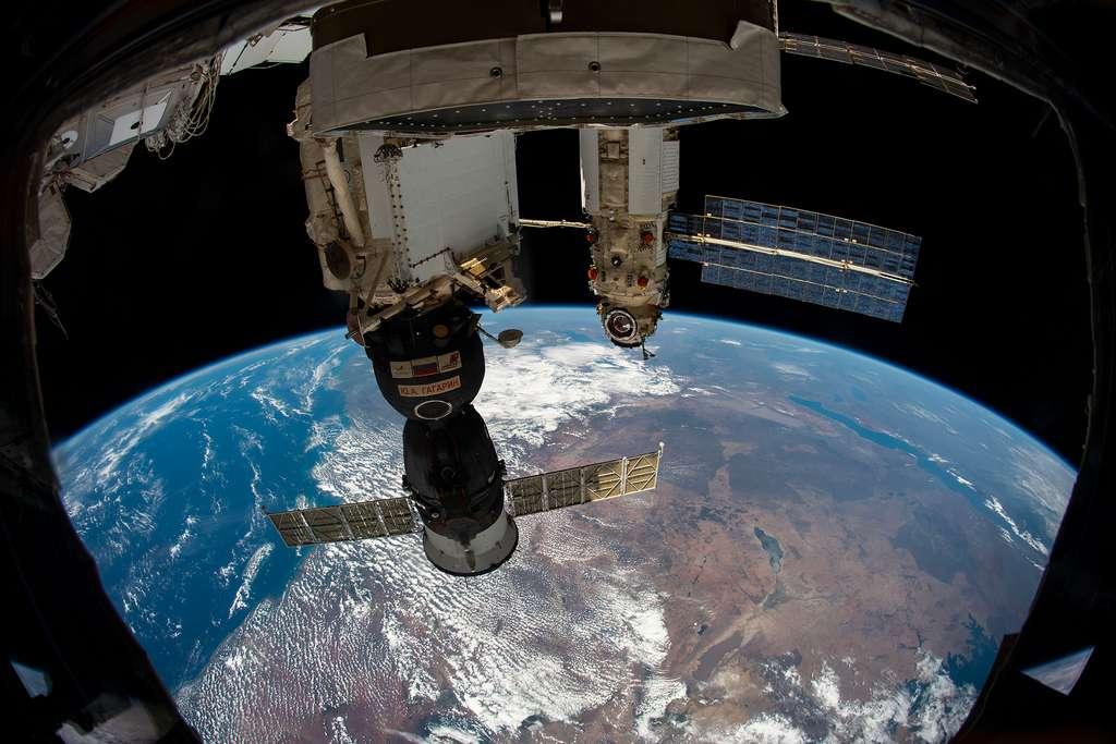 Le module Nauka, amarré à Zvezda et, au premier plan, un véhicule Soyouz amarré au module Rassvet. © Nasa