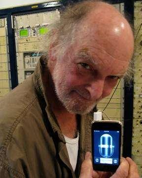 Joe Davis tenant l'iPhone servant à téléphoner aux E.T. Il a permis d'envoyer un message en novembre 2009. © Ashley Clark