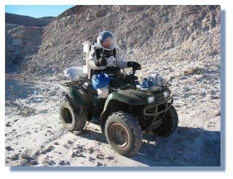"""Charles Frankel sur son Quad, dans le désert de l'Utah. Les simulations montrent que les monoplaces sont plus pratiques et plus sures pour l'exploration martiennes que les biplaces de type """"jeep lunaire"""" © C. Frankel"""