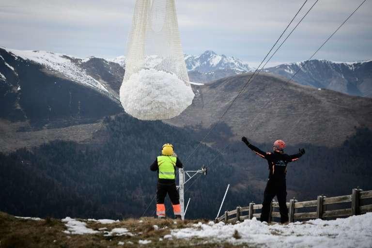 De la neige artificielle est apportée sur les pistes de ski de Superbagnères, le 15 février 2020. © Anne-Christine Poujoulat, AFP