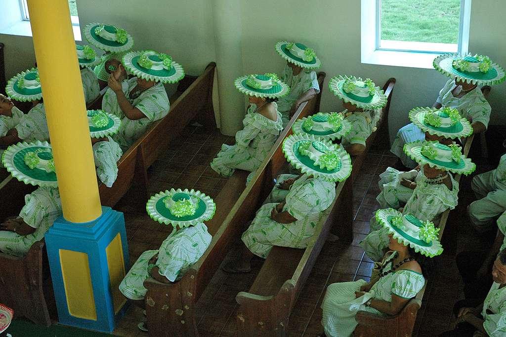 Chapeaux ronds dans un temple protestant de Raivavae