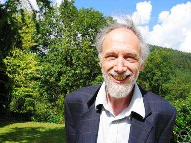 Le mathématicien Alain Connes doit avoir retrouvé le sourire. Sa théorie unifiée des interactions est de retour dans le monde de la physique théorique car elle est finalement compatible avec un boson de Higgs léger. © Renate Schmid-Wikipedia