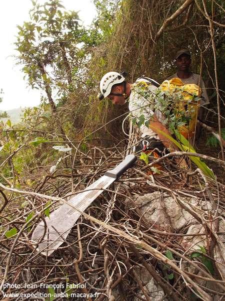 La machette, dans cette région, est un accessoire indispensable pour le spéléologue. © Jean-François Fabriol