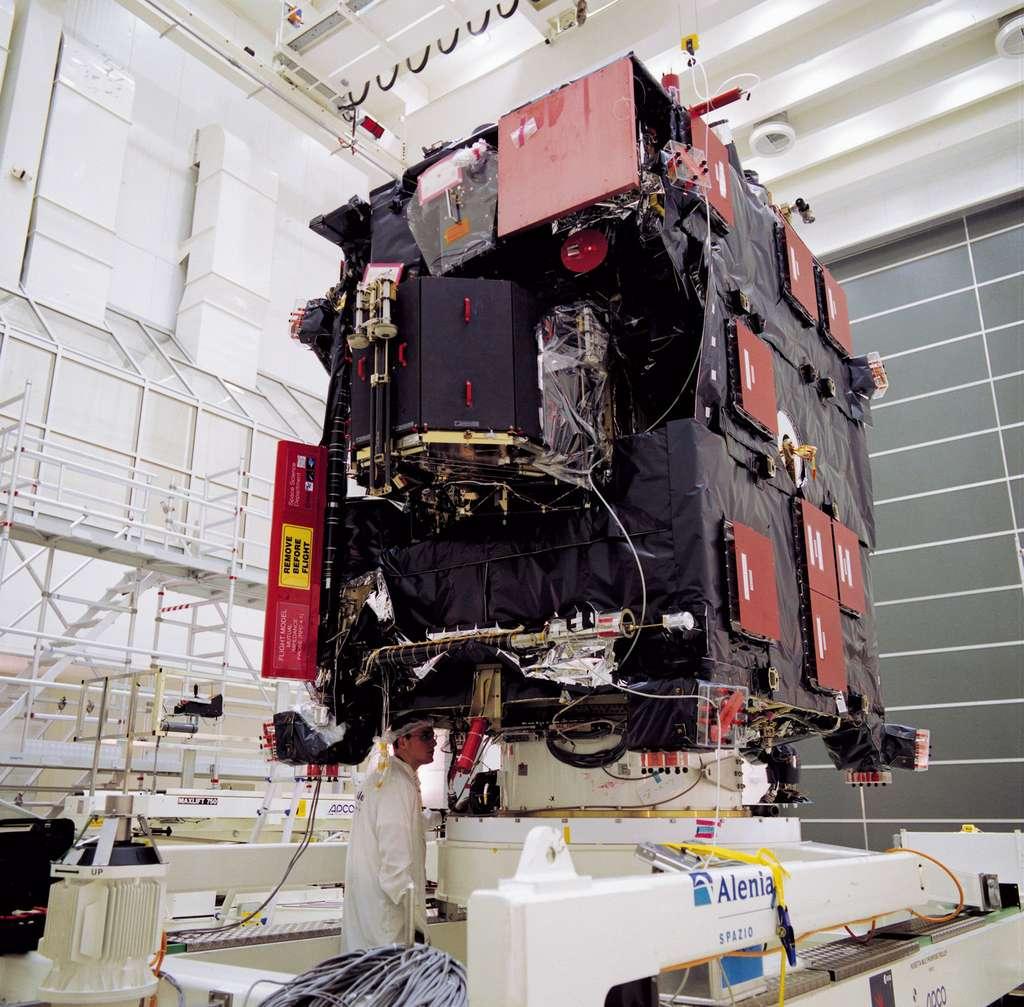 La sonde Rosetta en cours d'assemblage dans les locaux techniques de l'Esa, aux Pays-Bas. Au premier plan, le lander Philae. © Esa, van der Geest