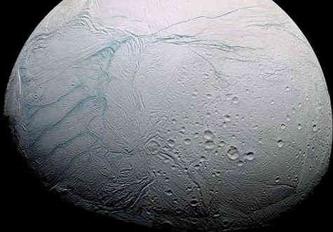 Le réseau de failles souligné en fausse couleur bleue au pôle sud d'Encelade. © Nasa