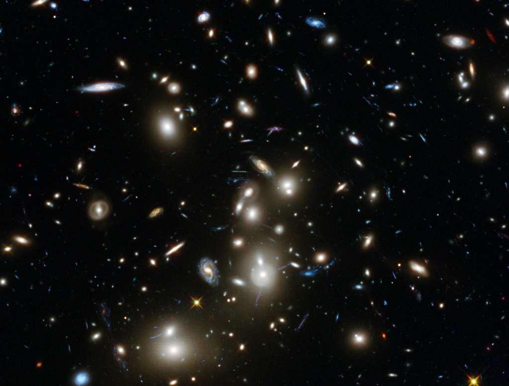 Abell 2744, surnommé l'amas de Pandore, est un superamas de galaxies dont fait partie Abell 2744 Y1. © Nasa