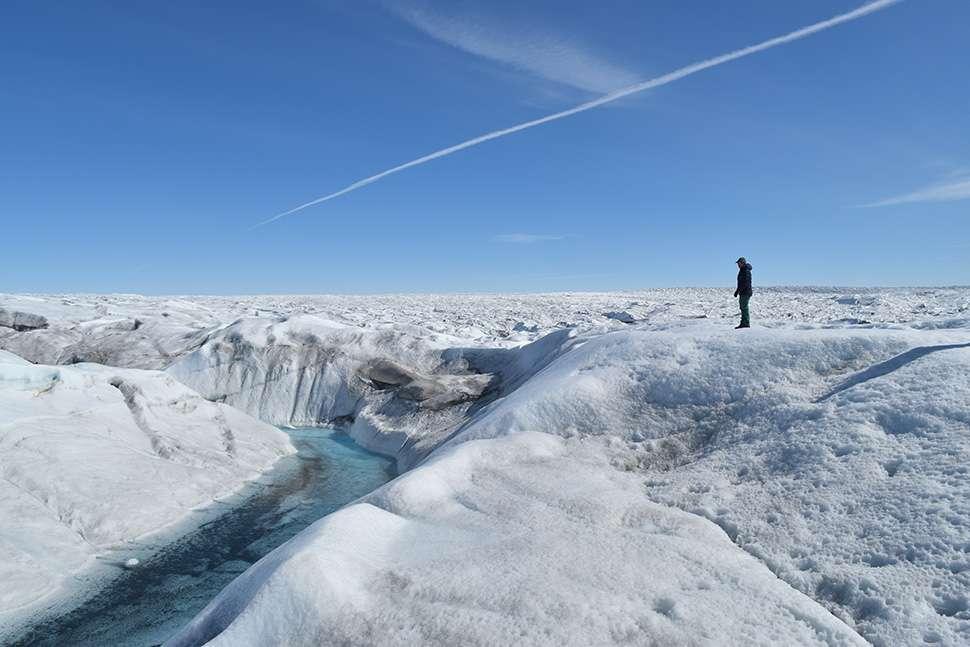 La limite entre pluies et chutes de neige est repoussée vers le nord. Les premières accélèrent la fonte de la calotte groenlandaise en surface, les secondes lui font gagner de la masse. C'est pourquoi le remplacement de la neige par la pluie, y compris pendant la saison froide, est inquiétant. Ici, une rivière formée par de l'eau de fonte dans le glacier Russell au Groenland. © Kevin Krajick/Earth Institute