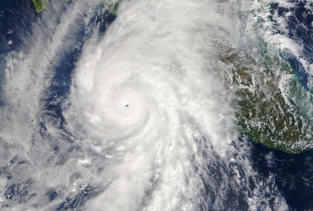 L'ouragan Patricia, en octobre 2015, alors qu'il atteint le Mexique, dont une partie est visible sur cette image (avec le golfe du Mexique à droite) prise par l'instrument Modis du satellite Terra. Dans l'océan Pacifique, la dernière saison de cyclones a été assez forte. © Nasa Earth Observatory