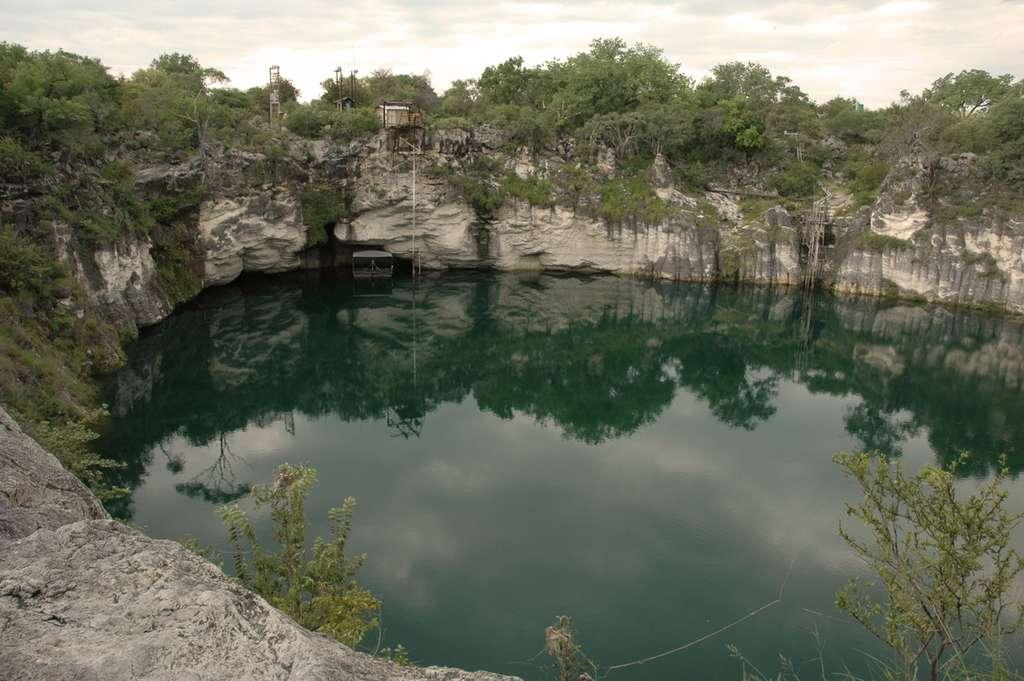 Le lac Otjikoto est situé près de la ville de Tsumeb. En plus de munitions de la première guerre mondiale, il abriterait un coffre-fort allemand rempli de six millions de marks-or. Les recherches restent infructueuses. © Steve Wilson, Flickr, CC by-nc 2.0