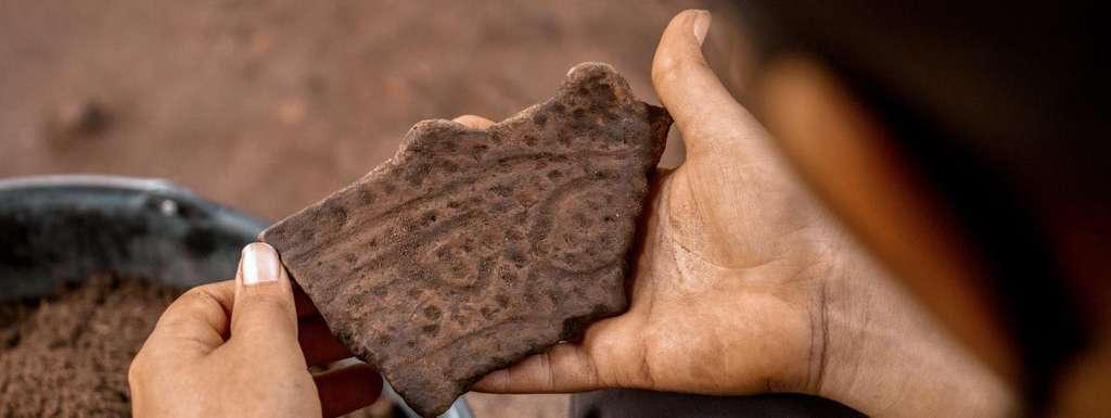 D'après des études scientifiques, entre huit et dix millions de personnes vivaient dans l'ensemble de l'Amazonie avant l'arrivée des premiers Espagnols et Portugais. Ici, un fragment de céramique retrouvé dans la réserve de Mamiraua (Brésil). © Bernardo Oliveiera, Mamiraua Institute of Sustainable Development