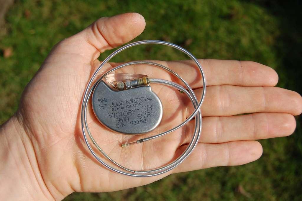 Un pacemaker classique. C'est un stimulateur cardiaque qui provoque une contraction du muscle du cœur grâce à une impulsion électrique. Il normalise le rythme cardiaque lorsque le cœur bat très lentement, ce qui peut provoquer une perte de connaissance ou une syncope, pouvant entraîner des chutes. Crédit : Steven Fruitsmaak