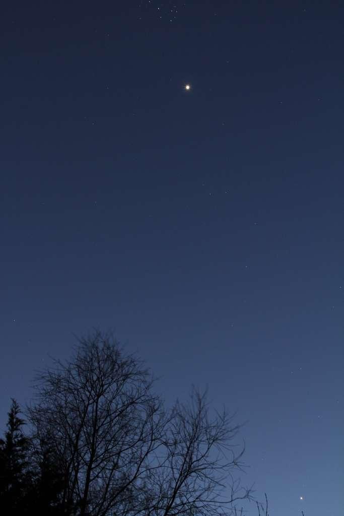 31 mars 2012 : Vénus et les Pléiades sont visibles au crépuscule alors que Jupiter continue sa descente en direction des lueurs du couchant. © Sylvain Wallart