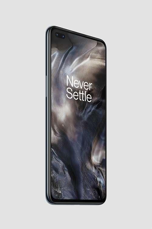 Pour combler sa cible du milieu de gamme adepte des selfies, le OnePlus Nord dispose de deux capteurs en façade, avec un grand angle de 8 mégapixels et un capteur principal de 32 mégapixels. © OnePlus