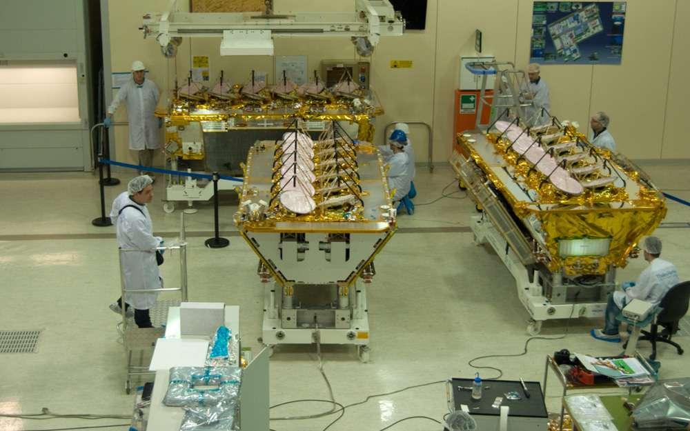 Trois des quatre satellites O3b qui seront lancés ce soir, vus ici dans l'usine romaine de Thales Alenia Space en mars 2013. © Rémy Decourt