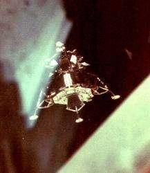 20 juillet 1969. Le LM Eagle vient de se détacher du module de commande Columbia. Michael Collins le photographie et l'inspecte alors que l'engin est, pour cette raison, en rotation. © Nasa