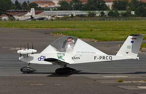 Le Cri-Cri quadrimoteur électrique présenté en 2010 au salon du Bourget par EADS, piloté par Didier Esteyne, directeur technique d'Aérocomposite Saintonge. © Airbus Group