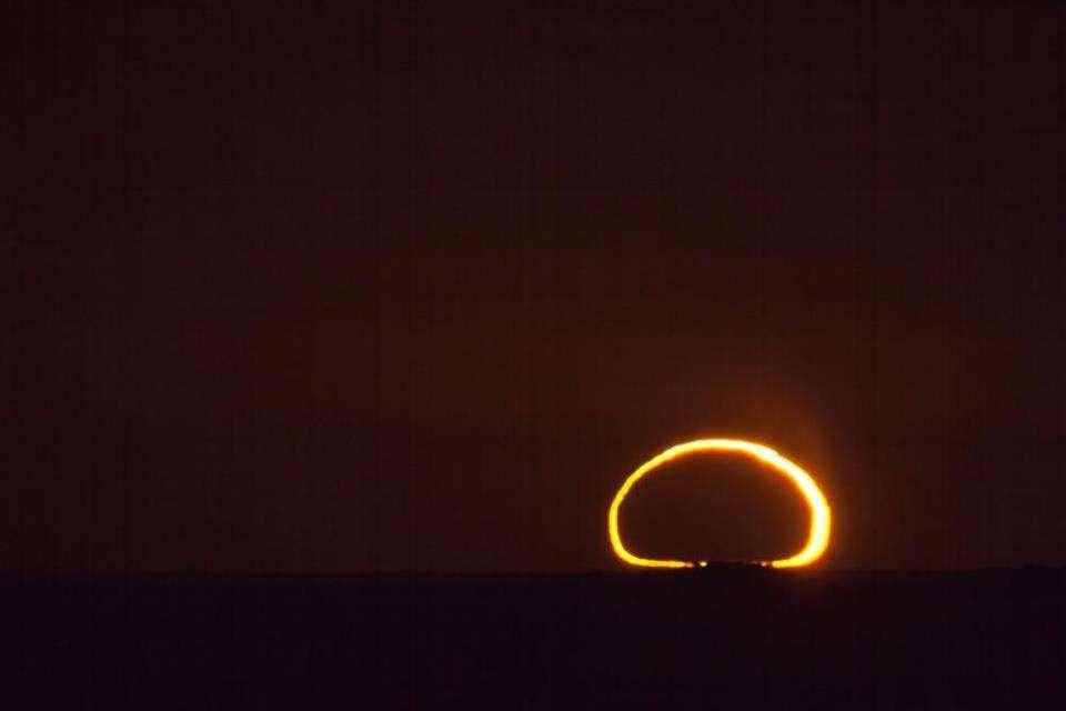 Observé sur l'horizon, l'anneau de feu de l'éclipse annulaire du 10 mai 2013 était fortement déformé par l'épaisseur de l'atmosphère terrestre. © Colin Legg