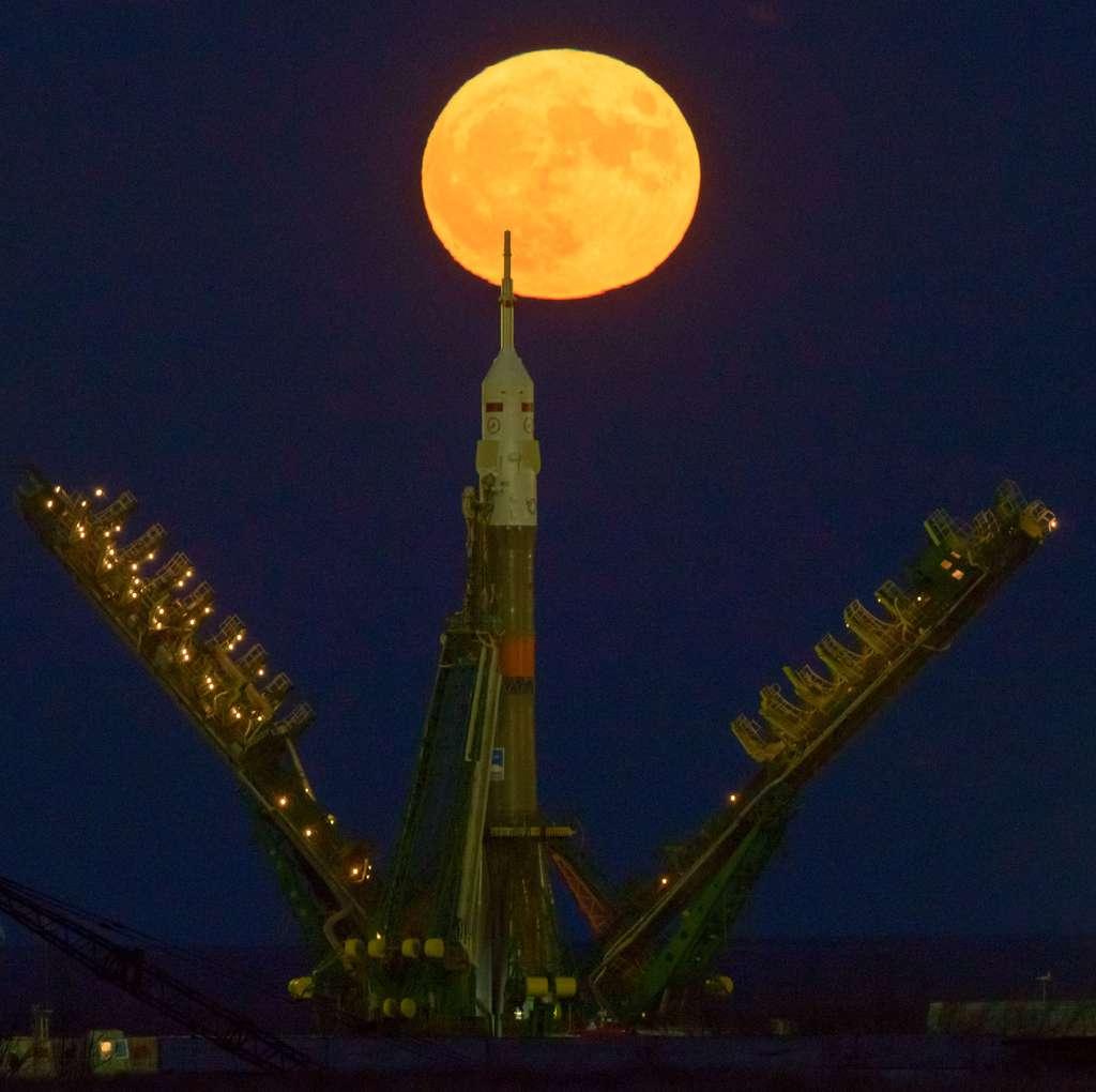 La super Lune du 14 novembre vient de se lever, au-dessus du pas de tir de la fusée Soyouz, au cosmodrome de Baïkonour, où vont embarquer trois astronautes (parmi lesquels le Français Thomas Pesquet), le 17 novembre. © Nasa, Bill Ingalls