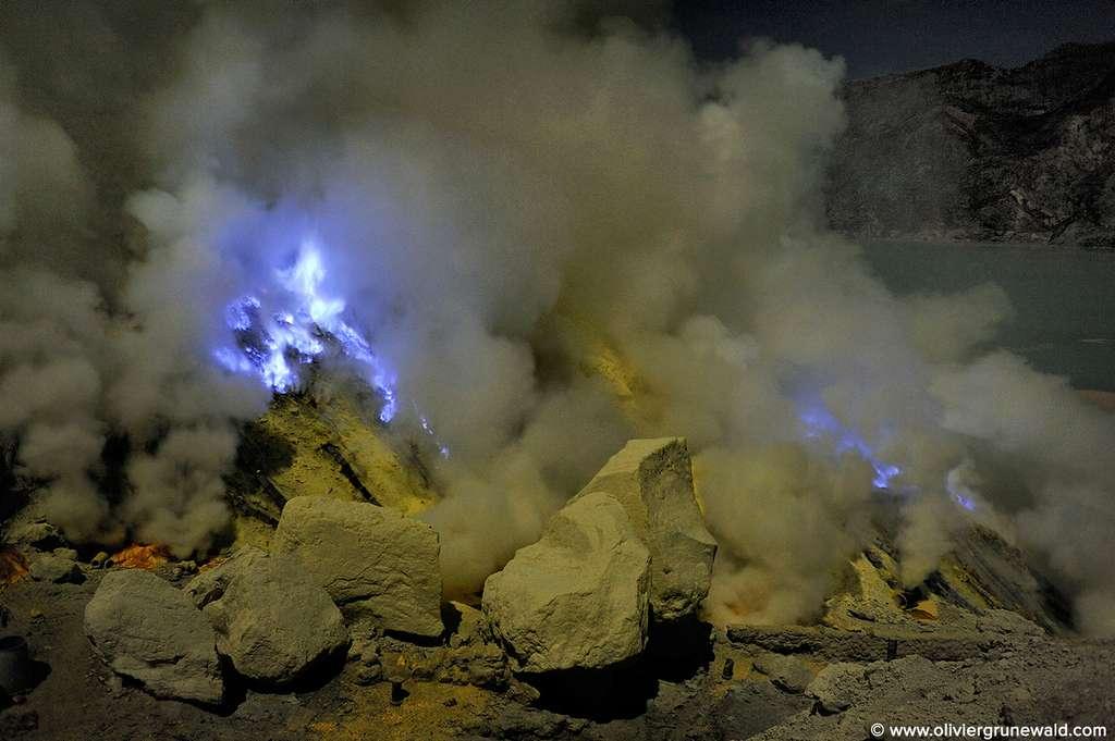 Le minerai cristallisé est extrait du cratère, depuis quelques décennies, par les locaux. © Olivier Grunewald, tous droits réservés