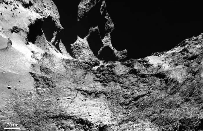 Fissures dans la région d'Anuket, sur le cou de la comète, à la limite avec la région d'Hapi. Image prise avec la caméra Osiris de Rosetta en janvier 2015. © Esa, Rosetta, MPS for OSIRIS Team MPS, UPD, LAM, IAA, SSO, INTA, UPM, DASP, IDA