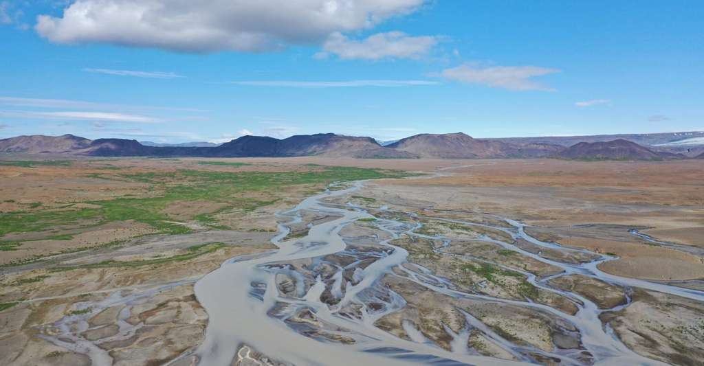 Selon des chercheurs de l'université Rice, une plaine sédimentaire en Islande alimentée par un fleuve ressemble à ce qui aurait pu alimenter le cratère Gale de Mars il y a plus de trois milliards d'années. © Michael Thorpe, Université Rice