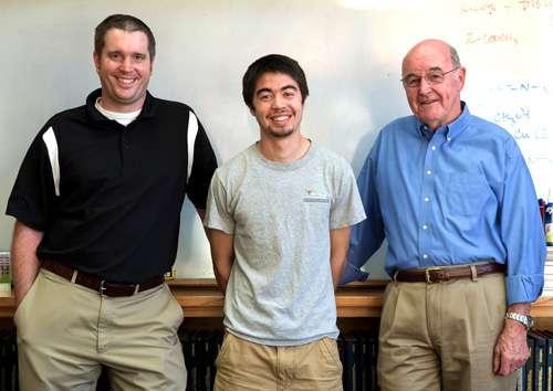 De gauche à droite, le professeur Chris Ellison, le chercheur Leon Dean et le professeur de chimie Grant Willson ont cosigné un article qui présente leur amélioration du procédé de polymérisation. Procédé qui permet de multiplier par 5 la densité d'un disque dur. © université du Texas