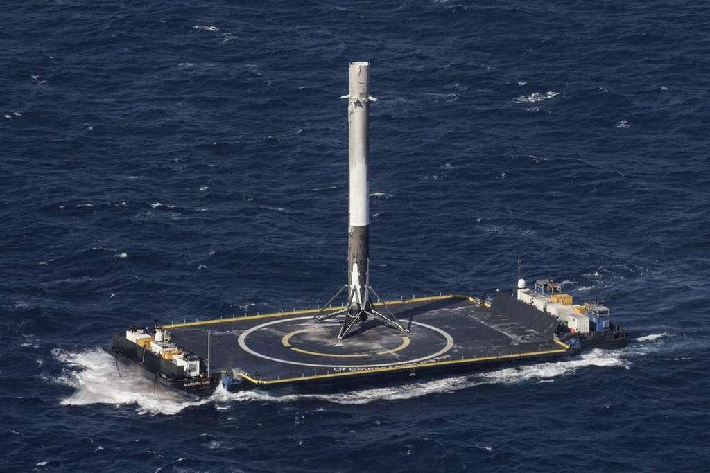 Le premier étage du lanceur Falcon 9 après son atterrissage réussi sur une barge fin mars 2017. © SpaceX