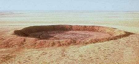 Le cratère de Wolf Creek se trouve dans l'ouest de l'Australie par 19° 10' Sud et 127° 46' Est. Son diamètre est de 800 m pour une hauteur entre la crête et le fond d'environ 60 m. Des fragments de la météorite l'ayant provoqué il y a 20.000 ans ont été retrouvés à l'intérieur du cratère. Crédit Ministère de l'Energie, des Mines et des Ressources du Canada