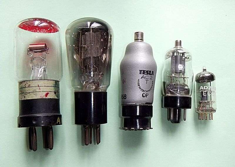 De 1918 aux années 1960, les tubes à vide se sont lentement miniaturisés. © RJB1, Wikipédia
