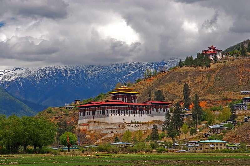 Le Bhoutan est l'un des 7 pays que traverse la chaîne de l'Himalaya. Il existe de nombreux villages recueillant d'étonnantes structures culturelles, comme ici le Dzong dans la vallée de Paro, construit en 1646. © Jean-Marie Hullot, Wikipédia, cc by sa 3.0