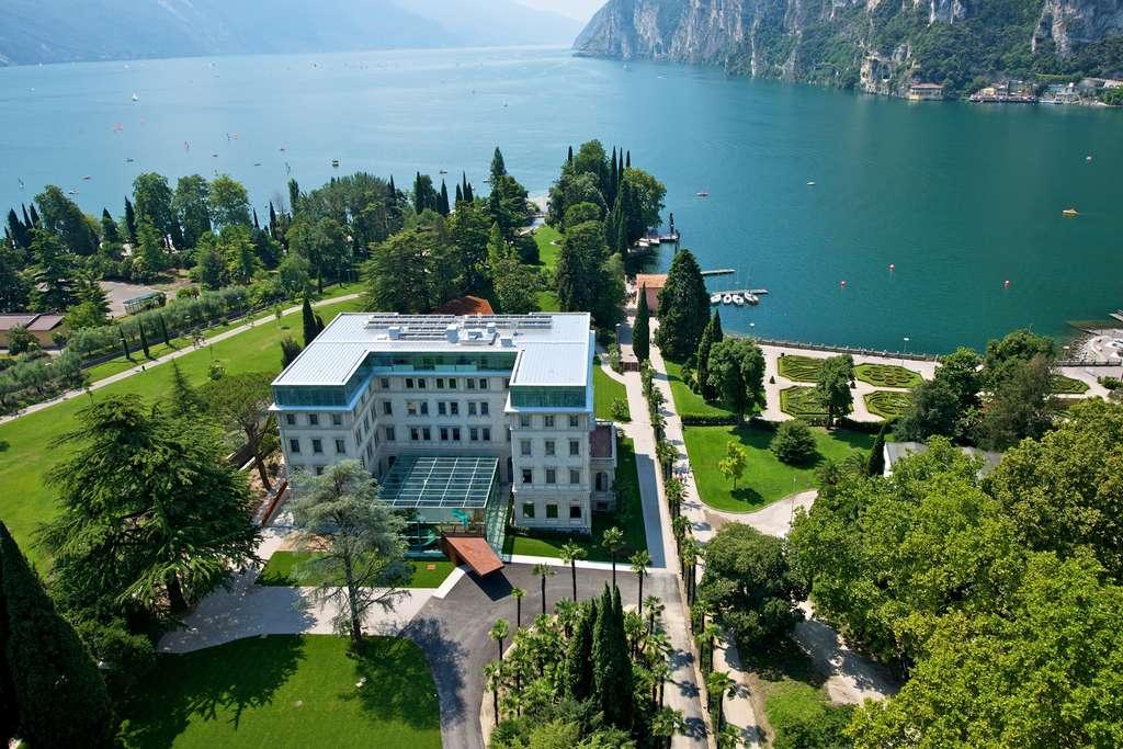 Vue aérienne du Lido Palace et du lac de Garde