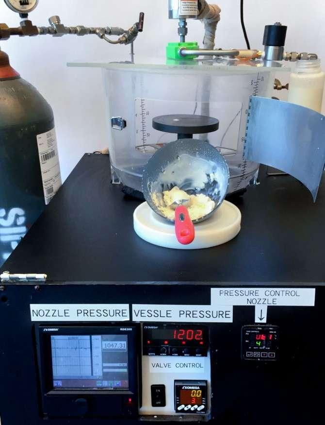 La machine injecte du CO2 sous pression qui transforme instantanément le liquide en crème glacée. © Syed Rizvi