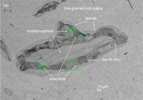 L'edscottite est présente sous forme de tranches en sandwich entre d'autres minéraux. © Chi Ma & Alan E. Rubin, American Mineralogist, 2019