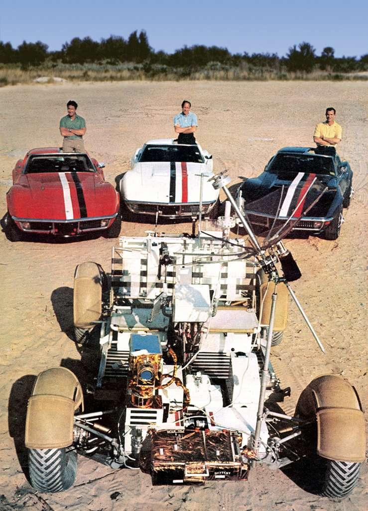 Une photo vintage : les trois membres de l'équipage d'Apollo 15 : Jim Irwin, Al Worden et Dave Scott posent pour Life Magazine devant le modèle d'entraînement 1-G LRV, installés dans des Chevrolet Corvette aux couleurs de l'écusson de la mission. © Life Magazine