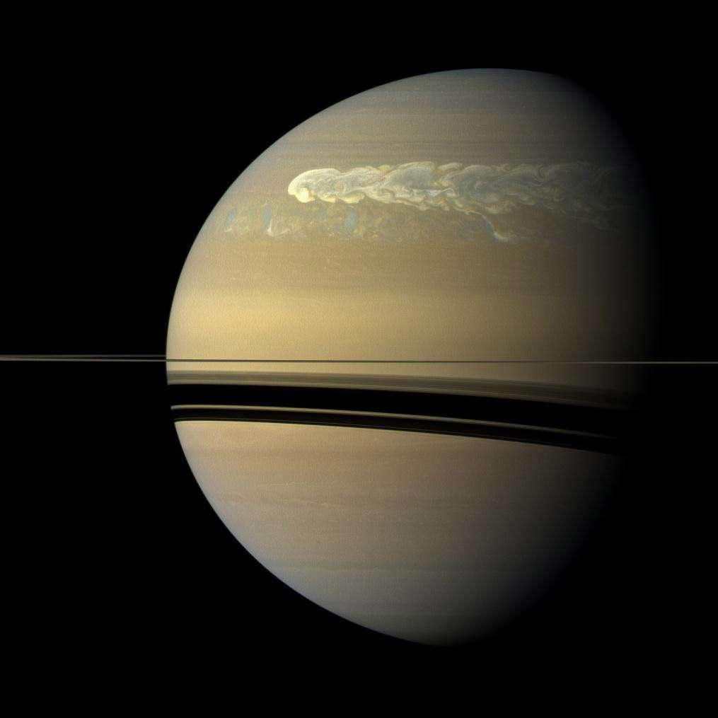 La grande tempête de Saturne est connue pour apparaître tous les trente ans. Sauf qu'en décembre 2010, les scientifiques ont été très surpris de la voir arriver dix ans plus tôt que prévu ! Ce fut l'occasion inespérée de l'étudier avec la sonde Cassini. © Nasa, JPL-Caltech, Space Science Institute