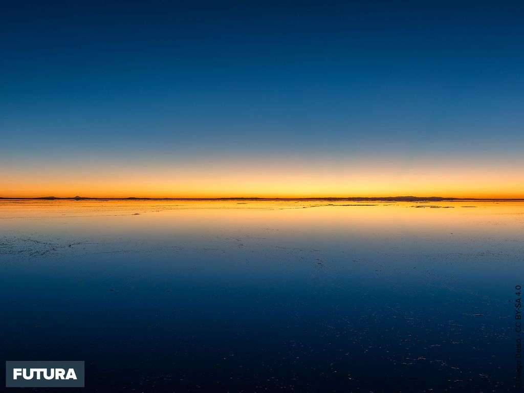 Coucher de soleil sur Salar de Uyuni au sud-ouest de la Bolivie.