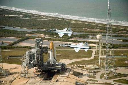 Endeavour (mission de sauvetage STS-400) sur son aire de lancement. Crédit Nasa