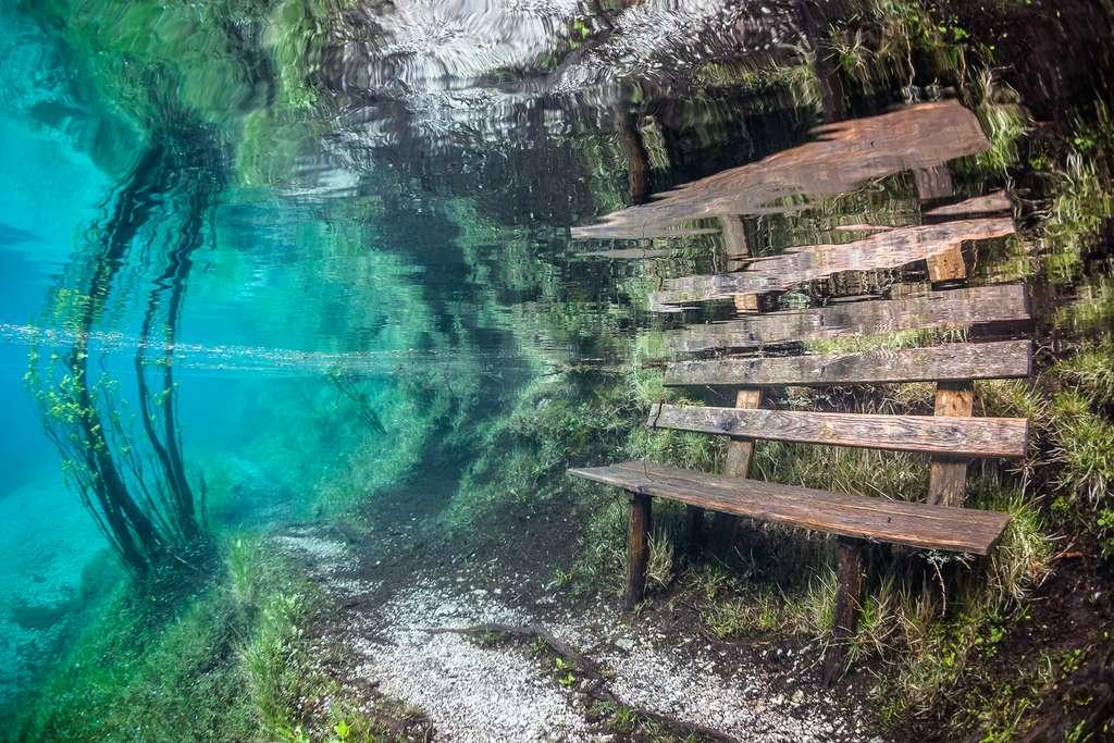Un banc emprisonné dans les eaux du lac Vert