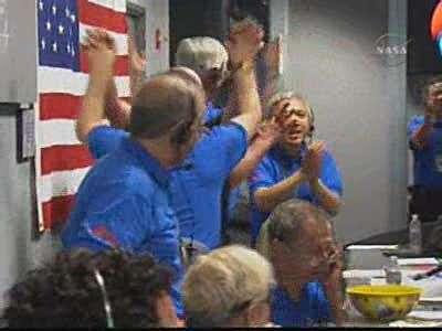 Phoenix est sur Mars, l'euphorie est générale dans la salle de contrôle du JPL ! Capture d'écran Nasa-TV.