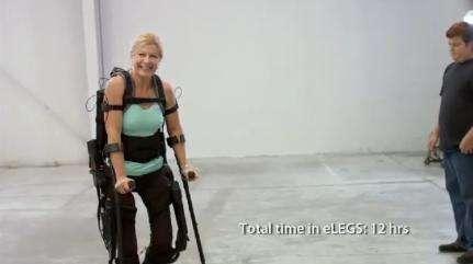 Amanda, une jeune femme paraplégique depuis 12 ans, utilise eLEGS. Malgré l'utilisation de béquilles, elle semble ravie d'avancer pas à pas, seule. © Berkeley Bionics