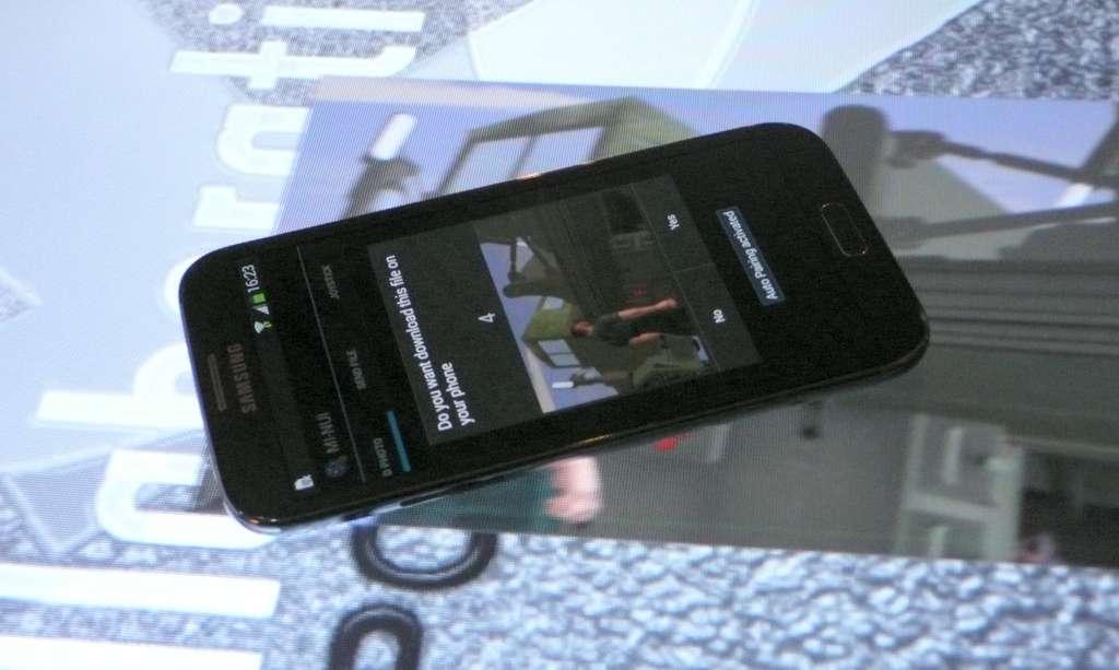 Il suffit de poser un smartphone sur une image affichée sur cette table tactile pour qu'elle soit automatiquement téléchargée. Le système fonctionne aussi dans l'autre sens. Imaginé par l'entreprise Immersion, le principe consiste à relier par Wi-Fi le téléphone à l'ordinateur pilotant la table, de sorte qu'il détecte le moment où le téléphone la touche, grâce aux accéléromètres. Si cet instant est le même que celui auquel le détecteur à infrarouge a repéré un nouvel objet posé sur la table, alors il s'agit du téléphone et le téléchargement est déclenché. Si une photo est affichée à cet endroit, elle est expédiée au téléphone. Sinon, c'est l'inverse qui se produit : la photo du téléphone arrive sur la table. Compliqué, mais cela fonctionne... © Futura-Sciences, Jean-Luc Goudet
