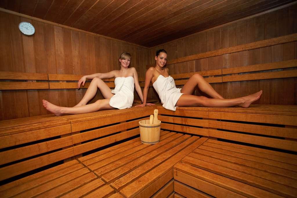 Le sauna diffuse de la chaleur sèche pouvant aller jusqu'à 100 °C. © Christian Schwier, Fotolia
