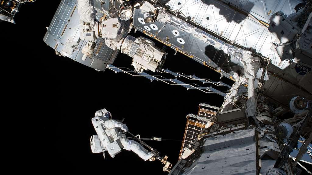 L'astronaute Joe Acaba lors d'une sortie extravéhiculaire (EVA) en octobre 2017. © Nasa
